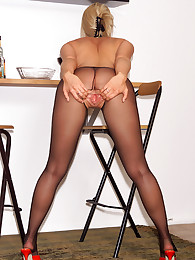 Keely Rips Her Pantyhose