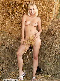 Colette exposes her wonderful body close to some hay bales. This hot woman really knows how to present her fully natural and sensitive body.