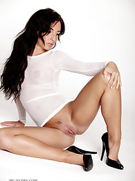 Sydney is a fabulous babe with long brunette hair, a sexy round butt and extremly flexible and long legs, just awesome.